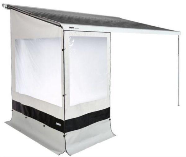 Thule Rain Blocker G2 Front 1,25 x 2,1m (Serie 1200)  Maße: 125 x 210 cm (L x H) | für Version Small & Thule 1200   Nun können Sie Ihre Markise mit einem Regenschutz ausstatten, der bis zum Boden runtergeht.  Mit einen Fenster für genügend Licht und Durchblick. Gefertigt aus wasserdichtem, geschlossenem PVC. Wird in die Frontblende (Kederschiene) der Markise eingezogen und zum Boden abgespannt. Verschiedene Längen können zu einer kompakten Front und auch direkt mit einem Rain-Blocker Seitenteil verbunden werden um unter der Markise einen privateren, windgeschützen Bereich zu schaffen.  Höhe 2,1 m  Inhalt: 1 x Frontteil  Zubehör: Rain Blocker G2 Side